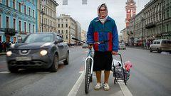 VIDEO: Бабушка на велосипеде в СПб