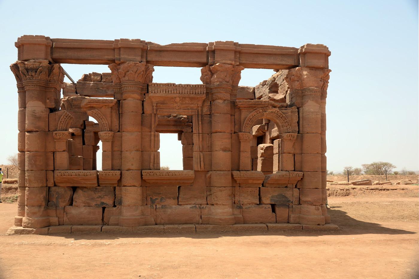 Kiosk - stoi przed świątynią