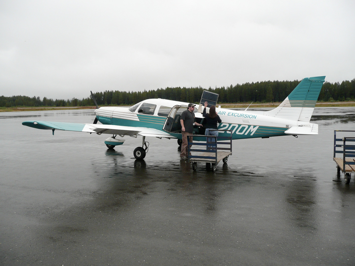 Gustavus airport and Cessna 206