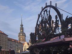 Weihnachtsmarkt am Schloss mit Blick Richtung Hofkirche