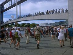 Demo-Teilnehmer versuchen wieder den Versammlungsort auf der anderen Spreeseite zu erreichen