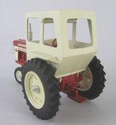 Ertl-IH-560-Cab-Repaint-LR