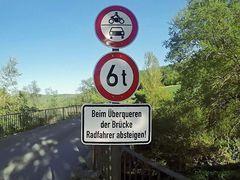 Schwergewichtige Radfahrer absteigen! :o)