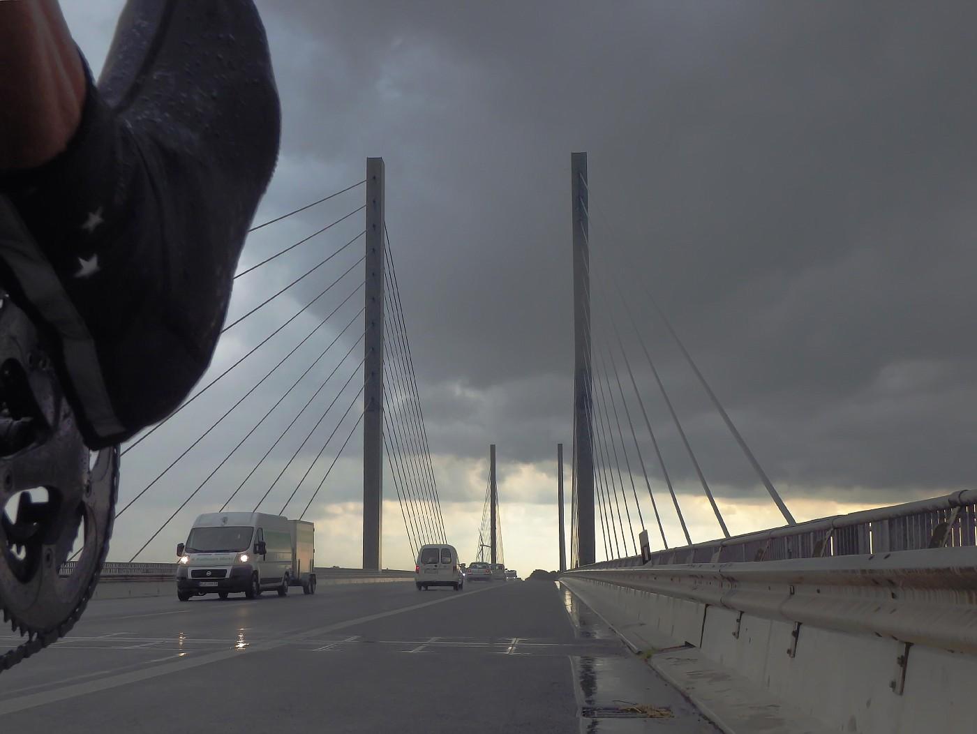 Rheinbrücke im Regen