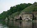Берег испещрён небольшими пещерами