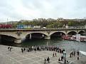 Touristes au bord de La Seine sur la rive gauche.