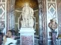 Statue et buste sur pédestale.