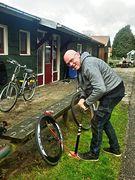 Freundlicher Helfer mit funktionierender Standpumpe! :-)